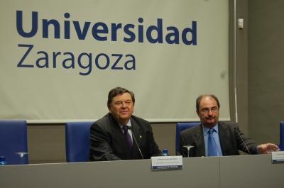 El presidente de la DPZ, Javier Lambán, y el rector de la Universidad de Zaragoza, Manuel López, en la firma del convenio.